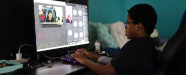 Niño que asiste clase virtual en el escritorio